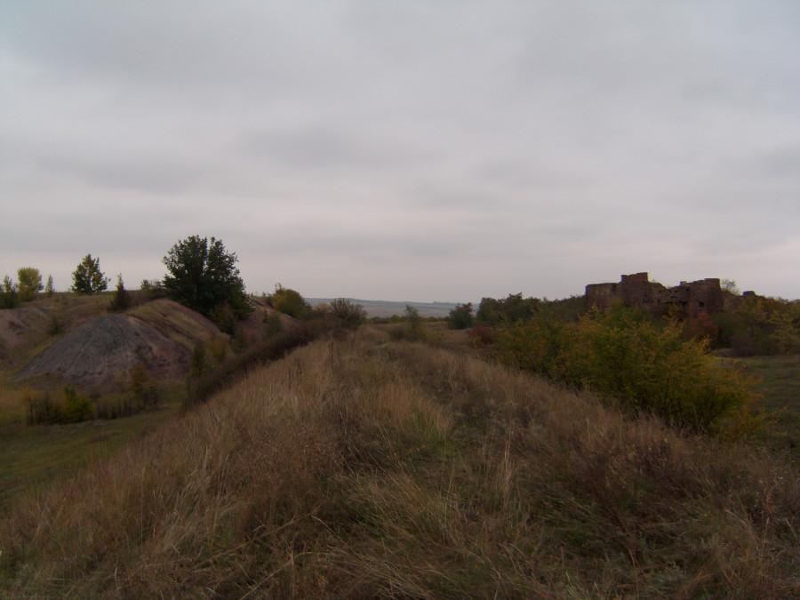 Общий вид на брикетную фабрику, старый рудник, и старую насыпь жд