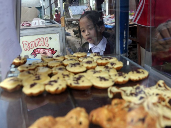 jakarta-indonesia-students-also-buy-pancakes-on-the-street-for-the-equivalent-of-one-cent