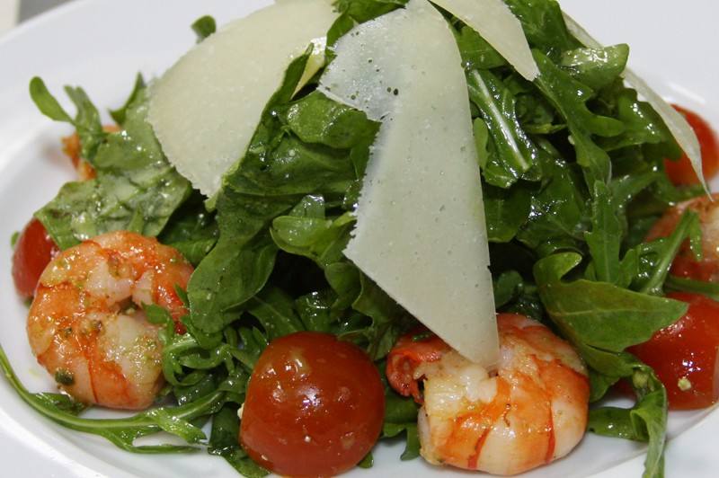 Салат руккола помидоры креветки
