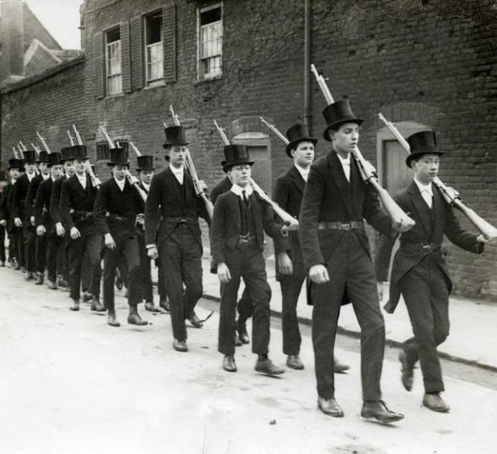 Джентльмены маршируют