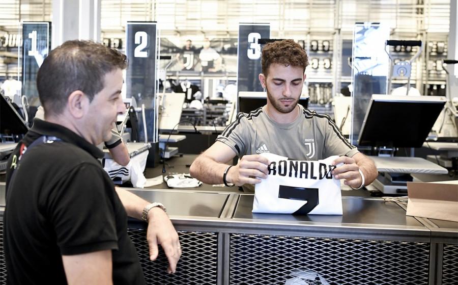 Роналду уже получает по евро в секунду, а «Ювентус» стрижет бабки на футболках