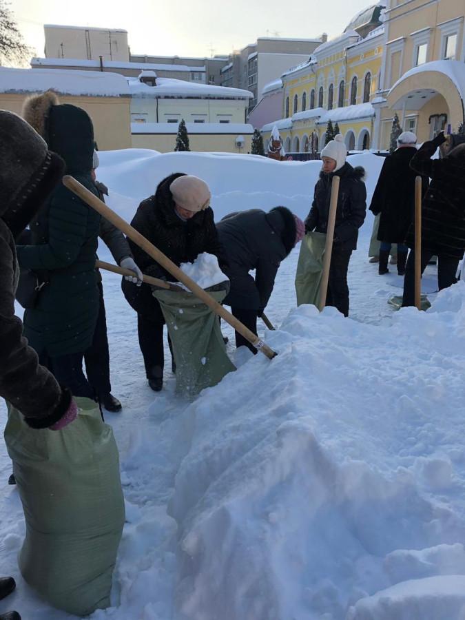 Россия. XXI век. Учителя в Саратове собирают снег в мешки