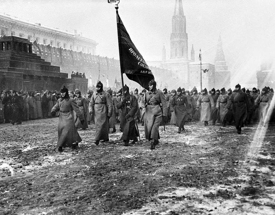 Чеканя шаг по грязи Красной площади