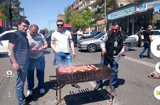 Блокировка улиц и забастовка в армянском стиле. Все как положено, с хорошим шашлыком.