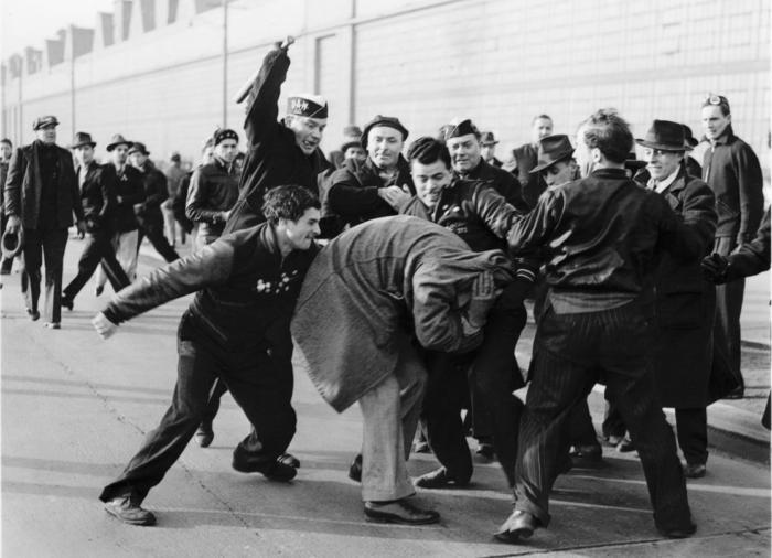 Пулитцеровская премия за фотографию уличной драки. Из истории знаменитых фотографий