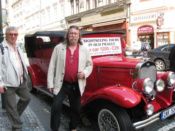 _Художник позирует в Праге