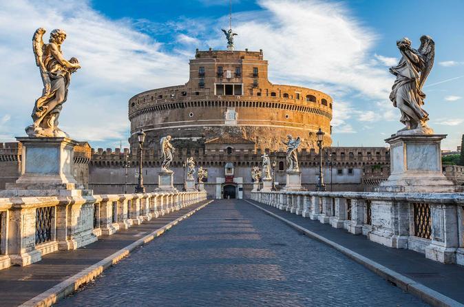 Мавзолей императора Адриана, позже был переименован в Сант Анджело - Замок Святого Ангела.