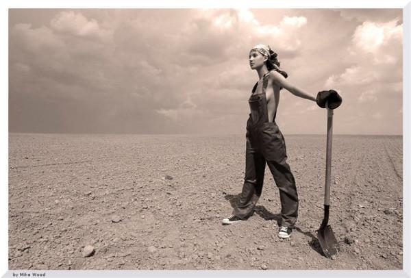 Девушка с лопатой в поле