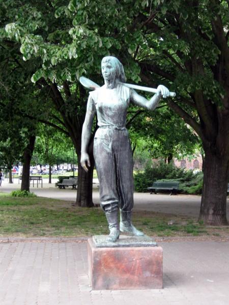 Девушка с лопатой статуя