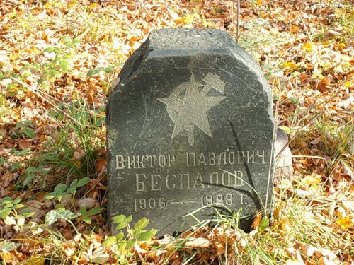 Надгробие у церкви в Стрелке
