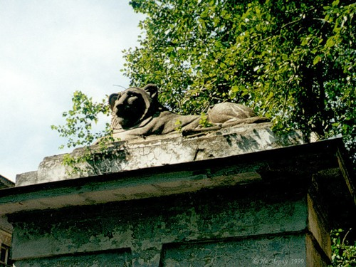 Лев на пилоне больницы (Вичуга)