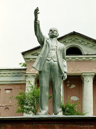 Ленин в Старой Вичуге у дворца Татищева