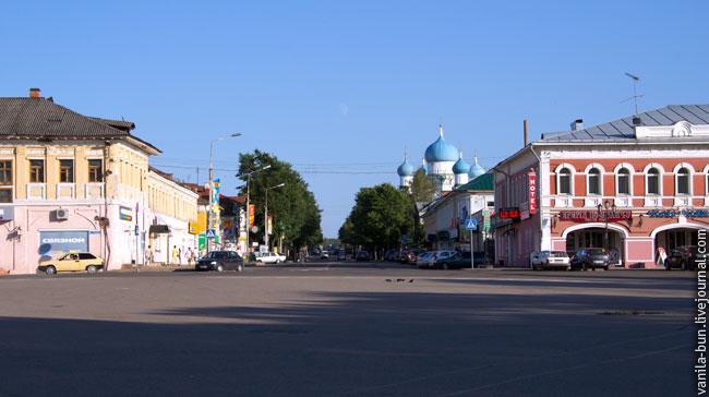 Углич.-Торговые-ряды-справа,-Богоявленский-монастырь-прямо