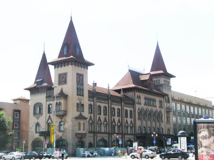 В начале 19 века Саратов продолжал развиваться как торговый город.  Помимо водных путей в 1871г. появилась.