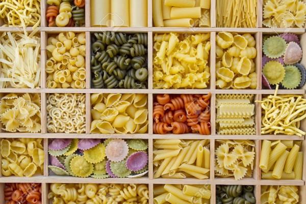 11860018-Selezioni-Pasta-Natura-morta-con-diversi-tipi-di-pasta-Archivio-Fotografico