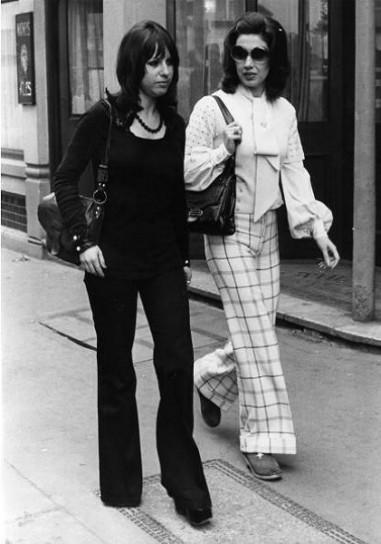 moda-anni-60-pantaloni-a-zampa-delefante