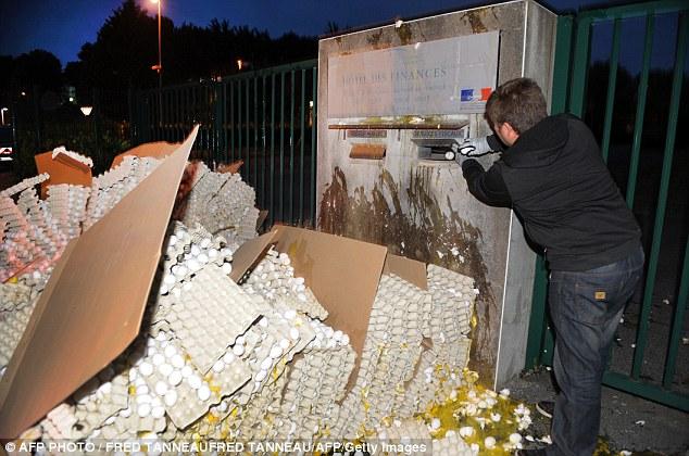 Французские фермеры завалили чиновников яйцами