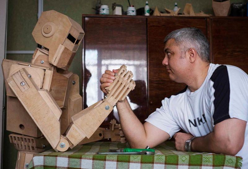 Украинский крановщик Дмитрий Баландин из Запорожья создал деревянную модель робота по имени Сайлон