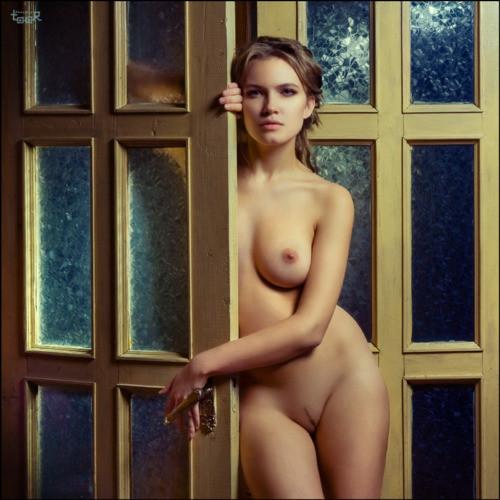 девушка раздетая у двери варганчик