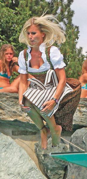 Фройляйн в озере купались