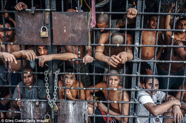 В сальвадорской тюрьме людей держат, как скот - в клетках