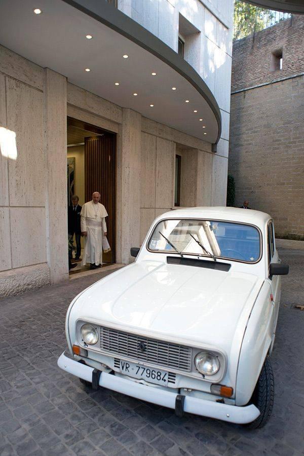 Папа Римский стал обладателем подержанного автомобиля Renault