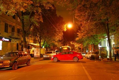 Девушка припарковала красное авто посреди дороги и пошла пить чай