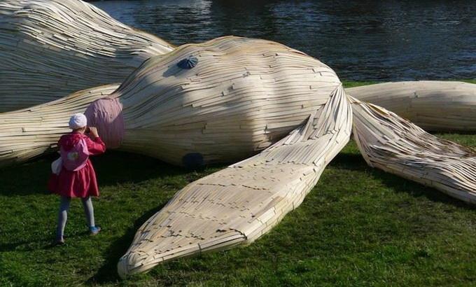 Огромный заяц в Санкт-Петербурге лежит на Заячьем острове