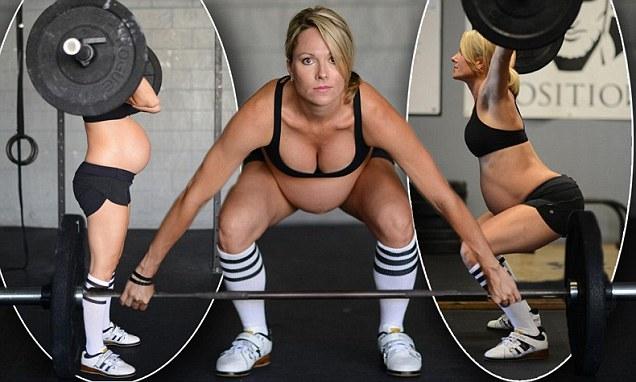 Спортсменка будучи на сносях, продолжает поднимать штангу