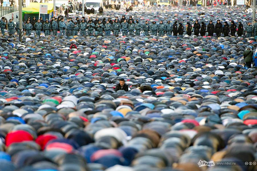 мусульмане отмечают свой главный праздник жертвоприношения Курбан-Байрам