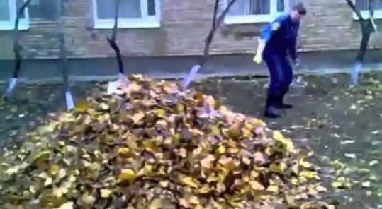 Как сотрудник полиции листья поджигал