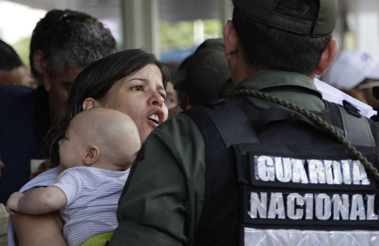 Безумие в Венесуэле: армия захватила магазины и раздает товары людям