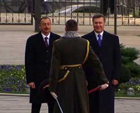 В Украине встретили Президента Азербайджана. Ильхаму Алиеву показали местные колоритные фокусы