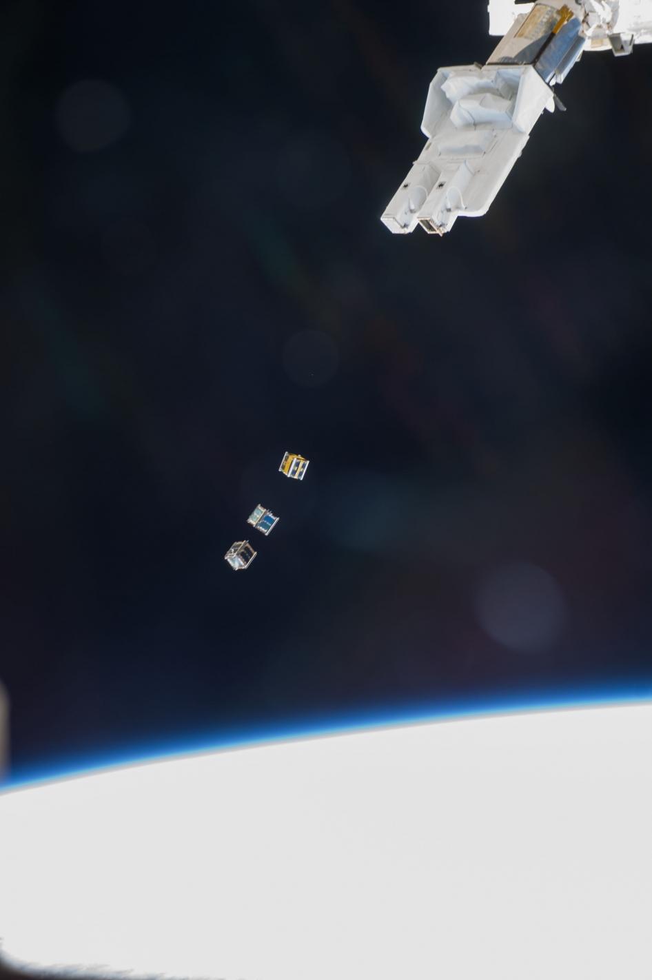 Кибер–рука Kibo выпускает малые спутники серии Cubesats
