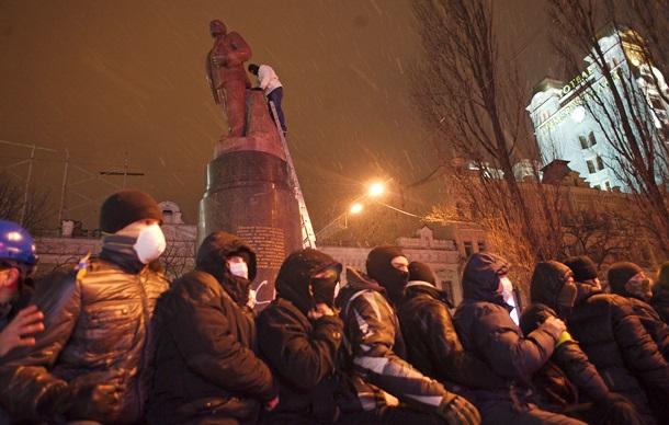 Как сносили памятник Ленину в Киеве