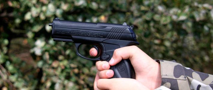 Парень стрелял в девушку, чтобы обратить на себя внимание и познакомиться