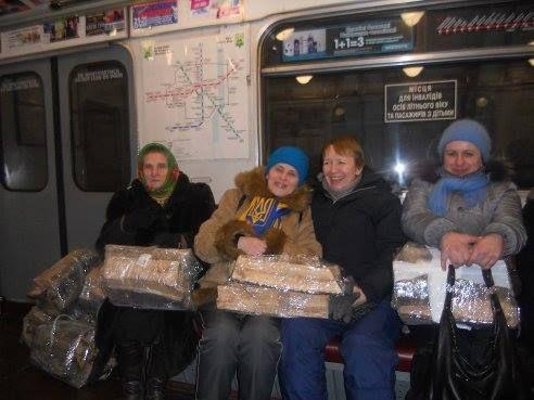 Женщины везут дрова на Майдан в метро