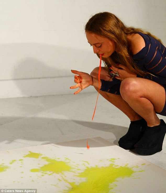 Художница рисует картины своей собственной рвотой