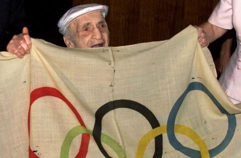 Хэйг Прист возвращает Олимпийский флаг