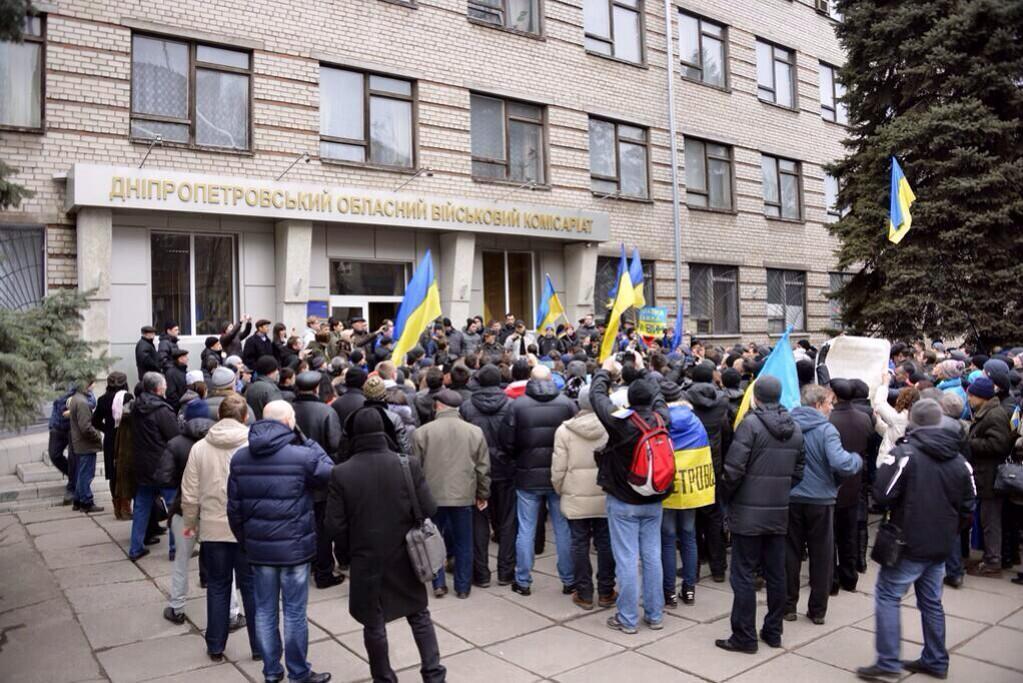 Бандеровцы записываются добровольцами в военкомате Днепропетровска