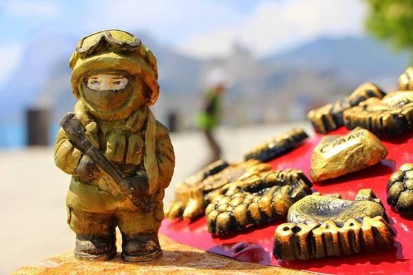 Фигурки вежливых людей стали хитом продаж в Крыму