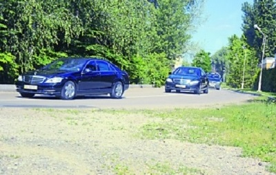 Шесть машин кортежа: как Порошенко ездит на работу