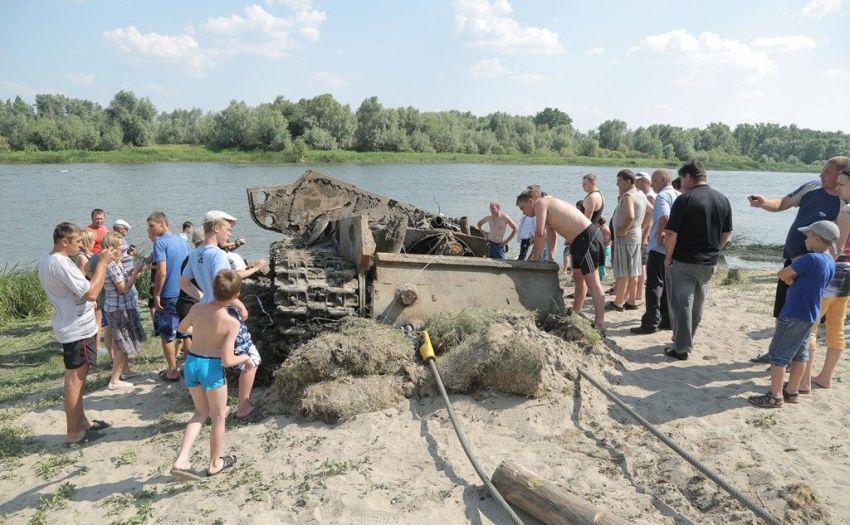 Подъем танка КВ-1 из реки Дон