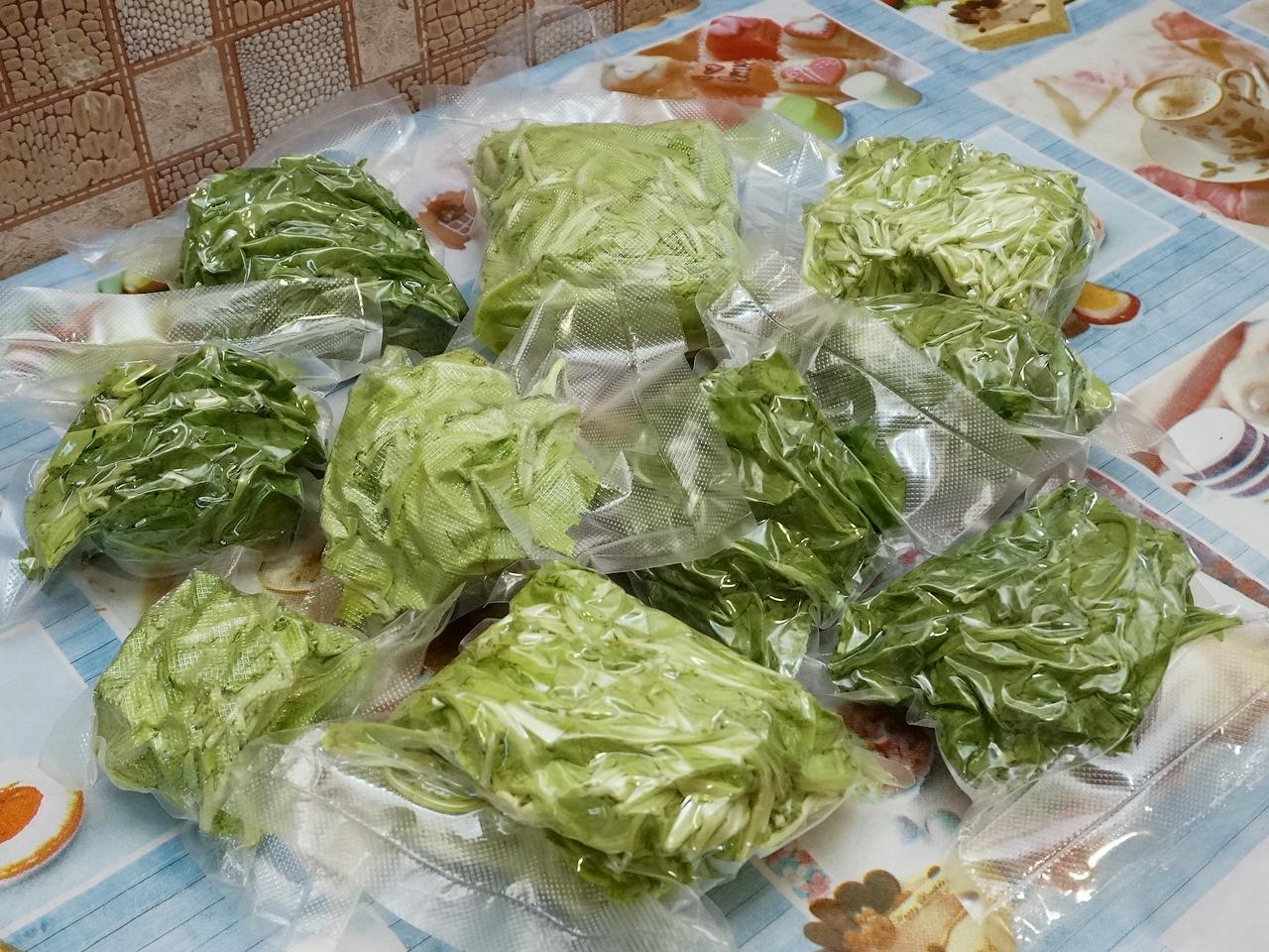 На зиму уже начали заготавливать витаминки: шпинат, салат...