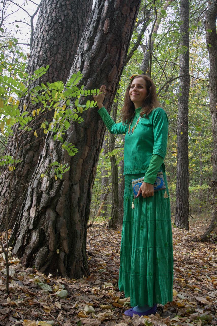 Женщина трогает дерево