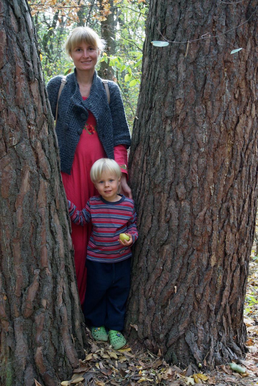 Женщина между деревьев