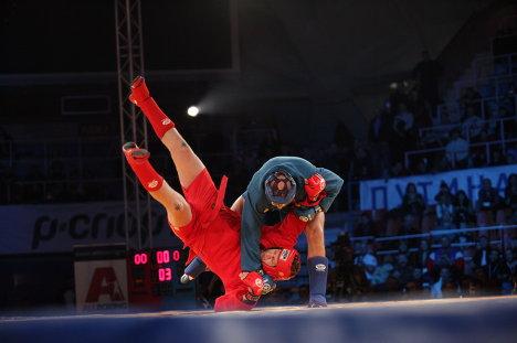 Федор Емельяненко победил своего брата и стал чемпионом России по боевому самбо