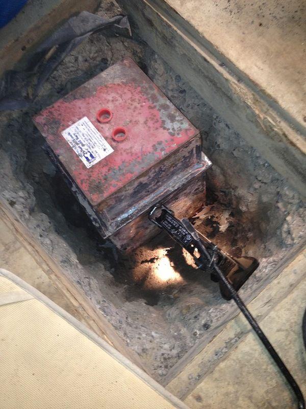Что находится в сейфе, найденном под полом дома