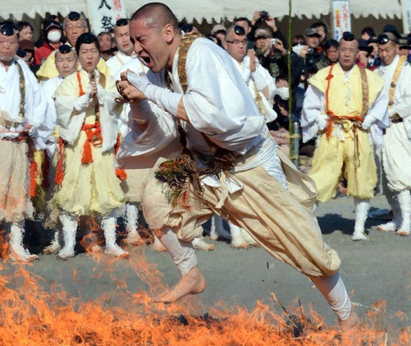 Буддистские монахи не так хорошо ходят по углям, как йоги1