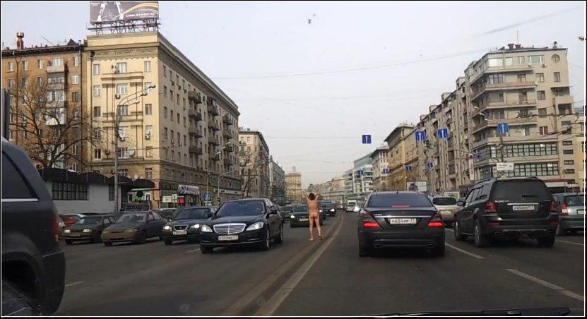 В Москве по Садовому кольцу бродит голый мужик